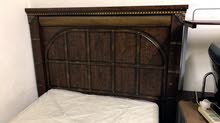 غرفة نوم مكونة من عدة قطع بسريرين ومكتبة وخزانة 6 درف وحدتي ادراج