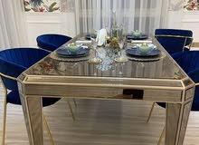 للبيع طاولة طعام اربع اشخاص  و يمكن ان تكون ل ستة اشخاص