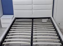 سرير جلد لون بيض جديد مقاس 2 متر طول 1.5 عرض