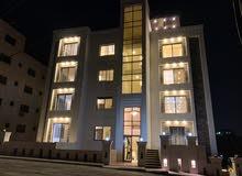 شقة طابقية شبه ارضي مع تراسات واسعة فخمة للبيع على شارع المطار