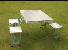 توجد طاولات قابلة للطي مع 4 كراسي ..