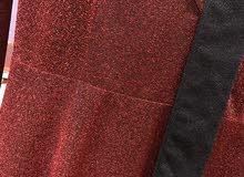 فستان عنابي لميع استعمال مرة واحدة للبيع.