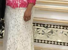 fustan jameel lawnuhu pink White wa dontel muratab walaysa m3ajaa