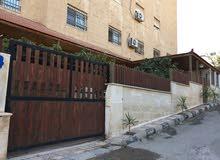 شقة واسعة مع ترس وحديقة وكراج سيارة للبيع
