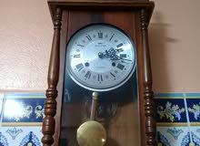 ساعة الحائطية ميكانيكية تحفة قديمة نقية في حالة جيدة تعمل بشكل جيد