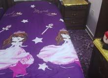 سرير مع فرشه وكومودينه للبيع