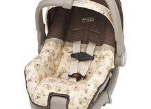 مقعد سيارة وسرير للأطفال