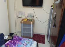 غرفة ببلكونة مجهزة لبنتين جنب مترو الرقة
