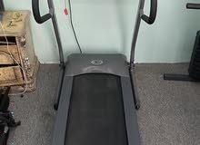 للبيع آلة المشي مستعملة فترة بسيطة فقط يوجد بها 12 وضعية للرياضة