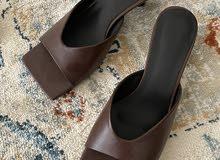 حذاء بكعب واطي