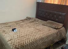 للبيع سرير مع المترس نضيف وفيه اربع ادراج السعر:50 دينار
