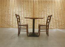 كراسي وطاولات خشب طبيعي من صناعه امراتيه شبه جديد