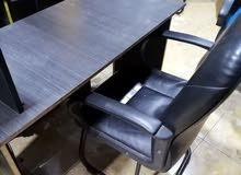 مكتب مع كرسي للبيع. بحاله ممتازه