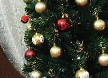 شجرة كرسماس مع الاكسسوارات واضاءه منه وبيهه
