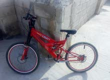 دراجة هوائيه للبيع ناقصها بس تيوب خلفي  لون احمر للجادين رقم الهاتف 0797630413