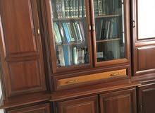 خزانة للكتب او لحفظ الكؤوس