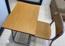طاولات وكراسي مدرسية نظيفة جداً جداً