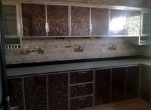 للبيع في العامرات شقة واسعة ومقسمة بطريقة عملية غرفتين ومجلس او ثلاث غرف