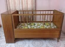سرير طفل من الخشب الصاج مستعمل