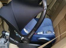 كرسي سيارة بحالة ممتازة مع القاعدة - Maxicosi