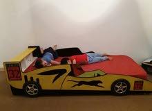 سرير أطفال على هيئة سيارة