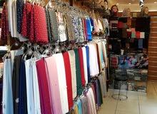 محل للبيع مع ديكور  موقع حيوي ومعروف على الشارع الرئيسي الزرقاء تقاطع شارع السعا