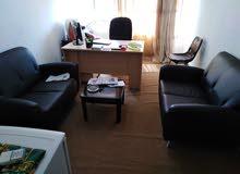 يوجد مكتب مؤثث مكون من غرفة عدد2 وصالة وحمام ومطبخ