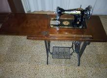 مكنة خياطة Singer اصلية موديل قديم،حالتها جيدة،وتعمل، موصولة بطاولة خشب