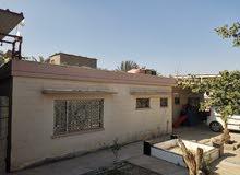 قطعه ارض مساحتها 850 م فيها ثلاث بيوت نظيفه جدا مساحتهم 150 م و100 م و110م للبيع