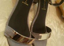 حذاء نسائي جديد مع عباءة ملبوسة مرة واحده فقط