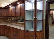 مطبخ مستمل بحاله ممتازه مع الاجهزه(فرن و بتقاز عيون كهربا) كشافات