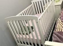 سرير اطفال لون ابيض