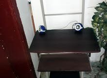 كرسي متحرك وطاولة كمبيوتر مكتبي