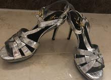حذاء فضي جديد مع كعب