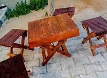طاولة خشبية مع كراسي قابلة للطي