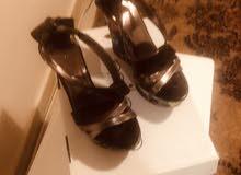حذاء انيق جلد مع قماش من الجنب هو لمحبات الكعب العالي