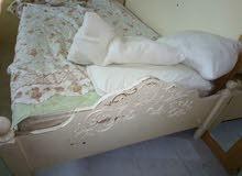 سرير ابيض بحاله جيده