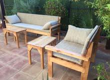كراسي حديد ملبس خشب ويوجد خشب كامل ويوجد طاولات حدائق نوع فاخر ويوجد اطغم حدائق