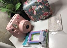 كاميرا mini 8 instax استخدام اسبوع واحد فقط يعني جديدة مع كفر و ايطارات و اوراق زينة