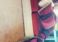 طقم كنب 7 مقاعد للبيع بحالة ممتازة مع الموكيت والبرادي وثلاث طاولات صغار