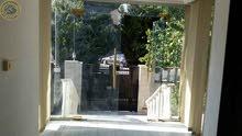شقة ارضية مميزة فارغة للايجار في الصويفية 340م مع حديقة وترسات 150م