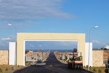 قطعة ارض في مقسم متكامل مطلة على البحر في غنيمة بجانب منتجع غنيمه السياحي