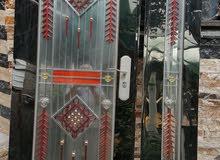 باب المنيوم ذو زجاج ضد الكسر ذو ثلاث اقفال يسمى القاصة طلاكة وربع