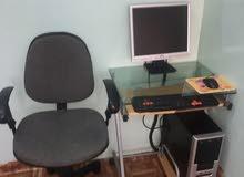 كمبيوتر مع طاوله وكرسي وفلاش واي فاي