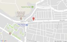 ابحث عن منزل دورين مكون من ثمان غرف مع الحوش في الحصبه خلف وزارة الصحه