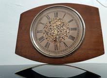 ساعة ميکانيکية  تحفة  قديمة ونقية  تعمل  بشکل جيد
