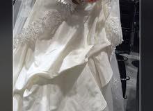فستان عروس مع طرحته