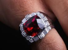 خاتم رجالي من الفضة السويسرية، يتوسطه حجر الجارنت الطبيعي بلونه الأحمر القاني و الألماس الأبيض.