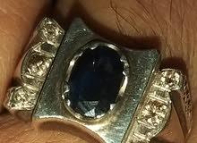 خاتم حجر الزفير متوج بستة احجار ماس لون ذهبي جميل وبريق عالي