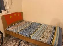 سرير خشب متر وعشرين حالة ممتازة البيع لاعلى سعر والمرتبة هدية